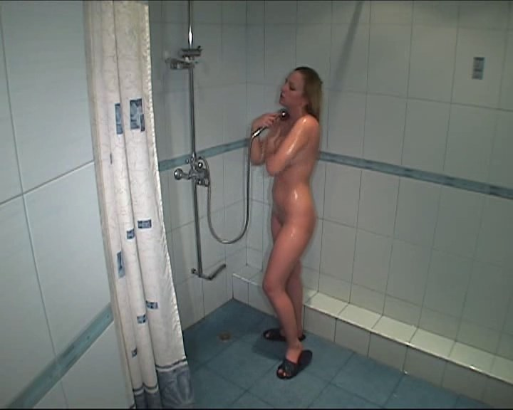 Babe caught on campaign in the shower
