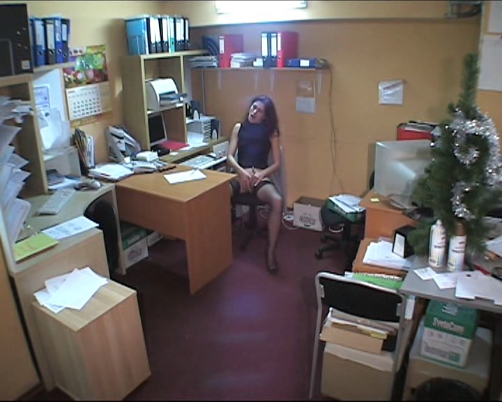 Sassy babe packing herself in the office