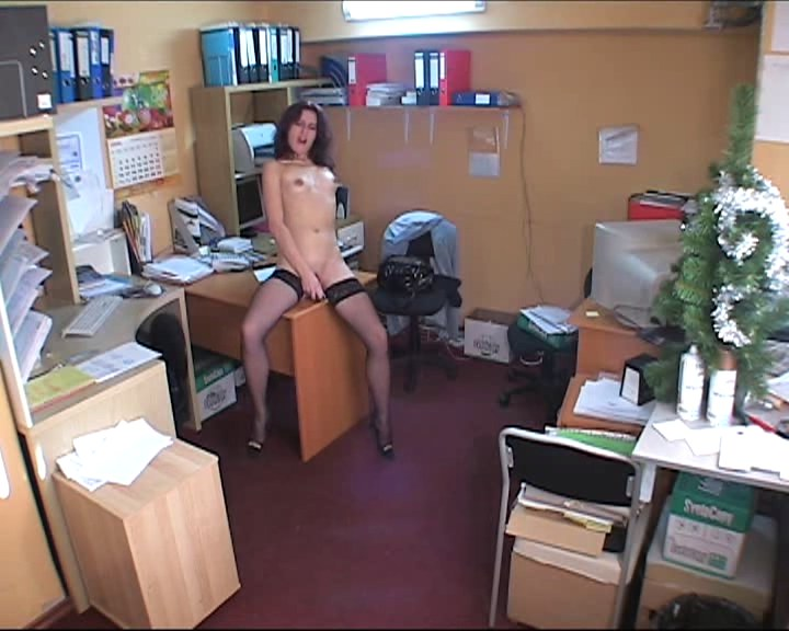 Naked babe havinsertg fun insert the office